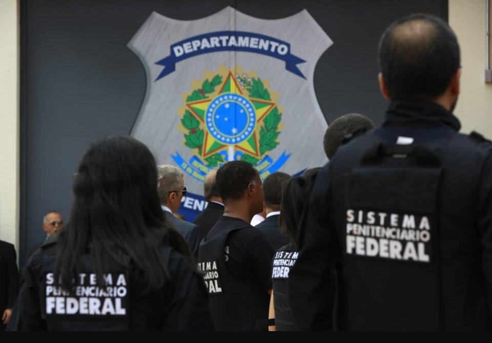 agentes penitenciários com uniforme