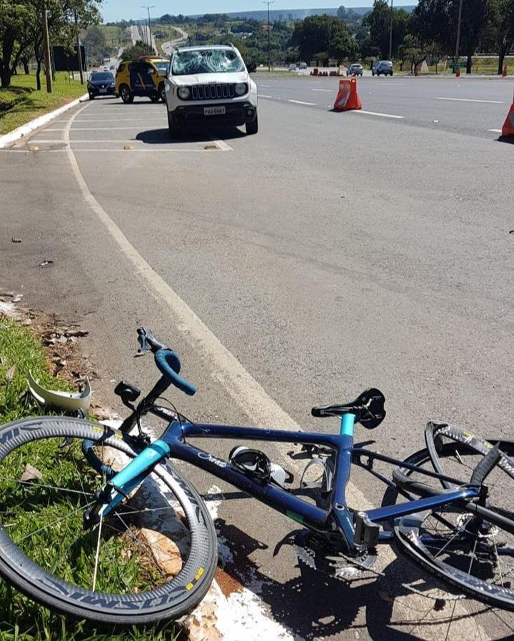 Bicicleta destruída no asfalto