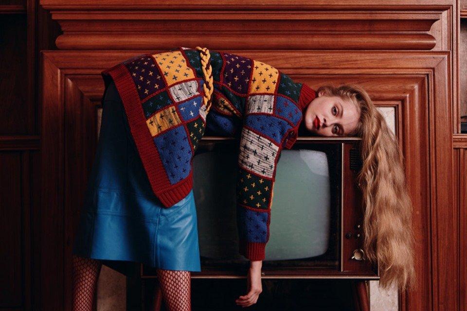 modelo com TV antiga