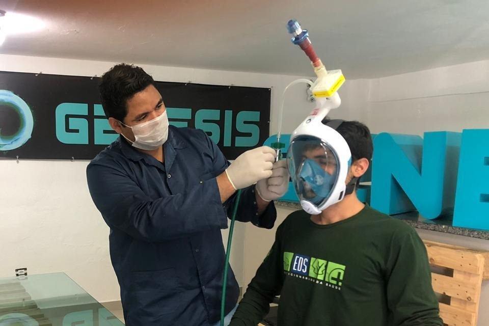 Máscara de mergulho adaptada como respirador para ser usada em pacientes com Covid-19