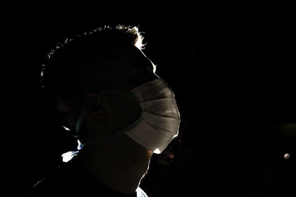 Homem de máscara de proteção facial