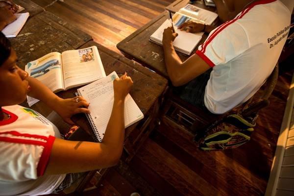 Alunos estudando para o Enem