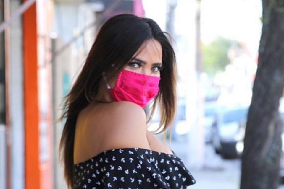 Geisy Arruda usando máscara na rua