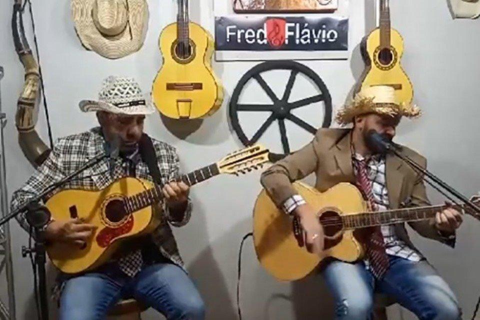 Fred e Flavio se apresentando em live