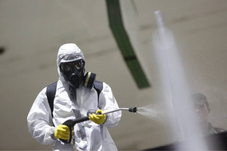Profissional faz limpeza contra o coronavírus no DF