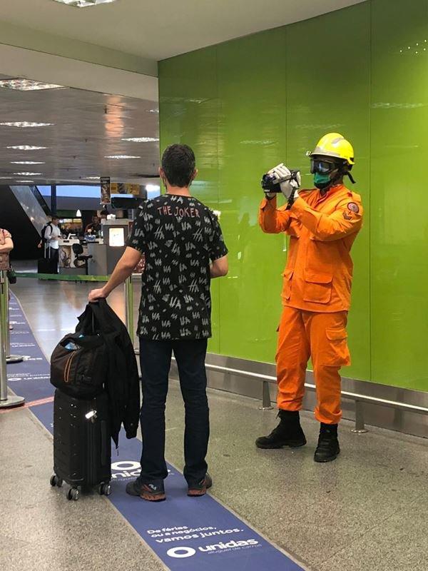Passageiros precisam ser examinados antes entrar em aviões no DF
