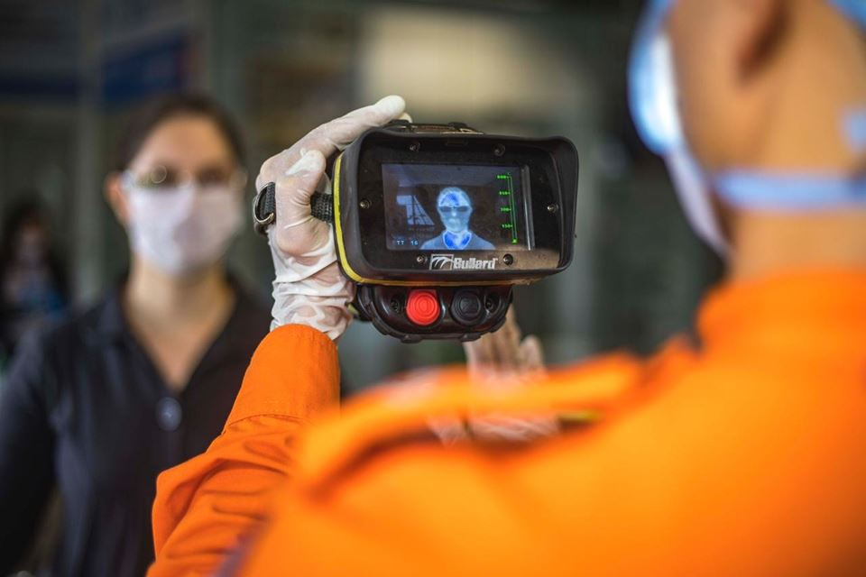 Bombeiros verificam temperatura de passageiros no aeroporto internacional de Brasília
