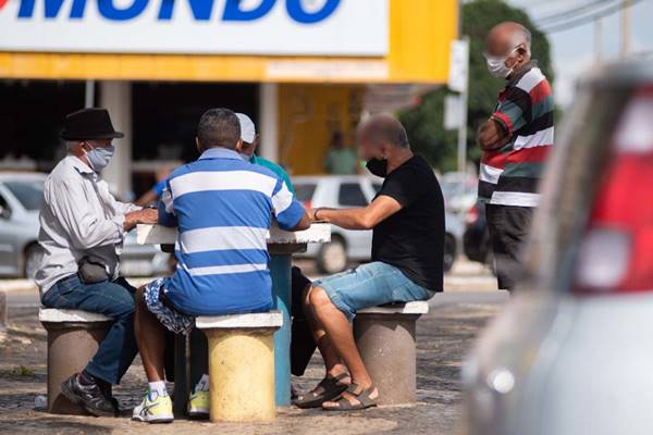 Homens jogam no meio da rua de Ceilândia