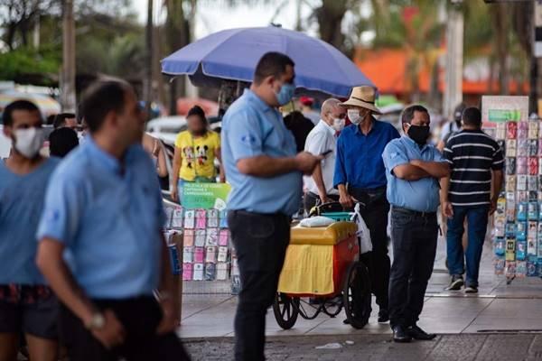 Povo frequenta aglomeração e ambulantes oferecem produtos