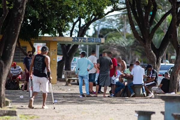 Homens se aglomeram em ponto de jogos no centro de Ceilândia