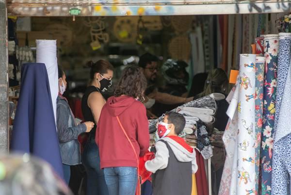 Consumidores conferem produtos a venda no Taguacenter
