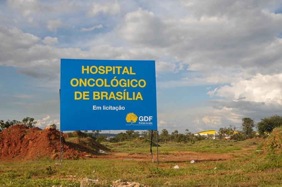Placa da obra do Hospital Oncológico de Brasília