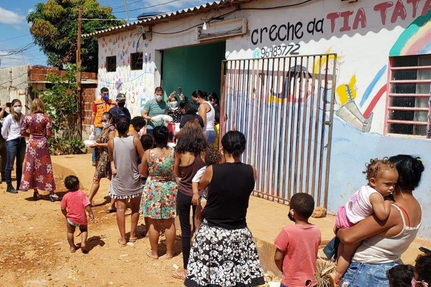 Doação de marmitas da ação Panelinhas Solidárias
