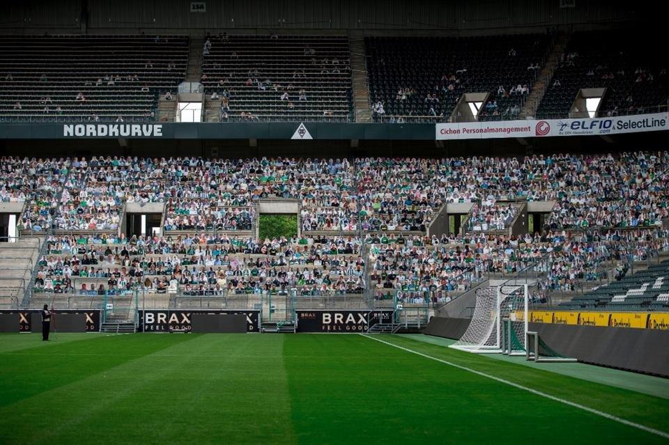 Torcida de papelão no estádio do Borussia Mönchengladbach