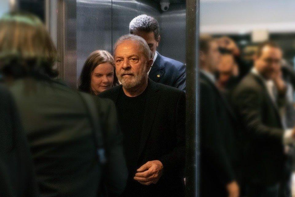 Pessoas saindo de elevador