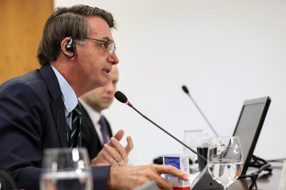 Jair Bolsonaro com caixa de Cloroquina