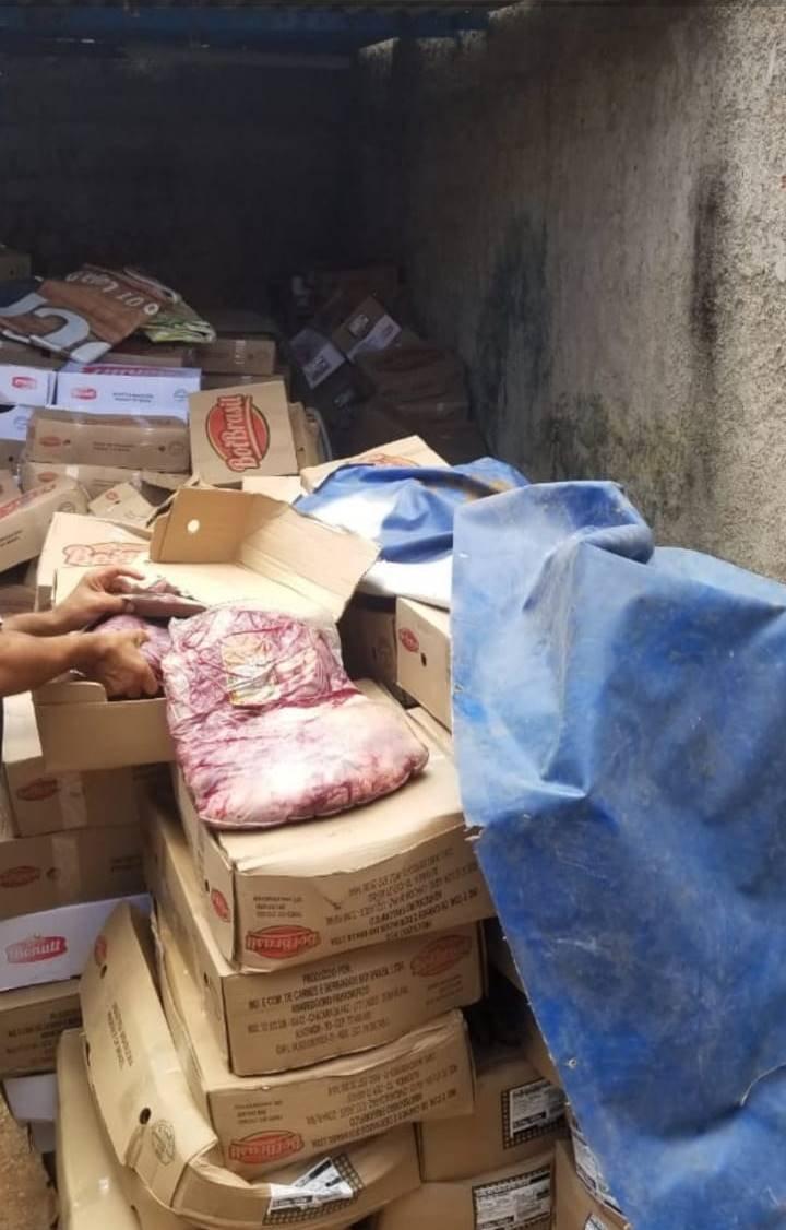 carregamento de carne armazenado de forma precária