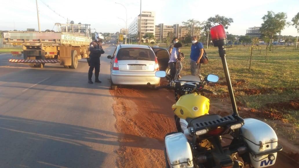 carros sendo abordados pela PMDF