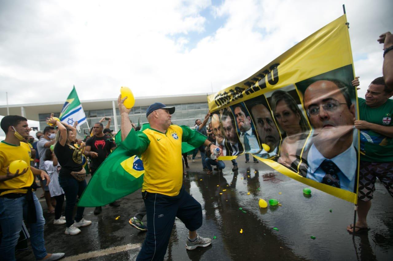 Manifestantes atiram balões de água contra autoridades em protesto pró-Bolsonaro