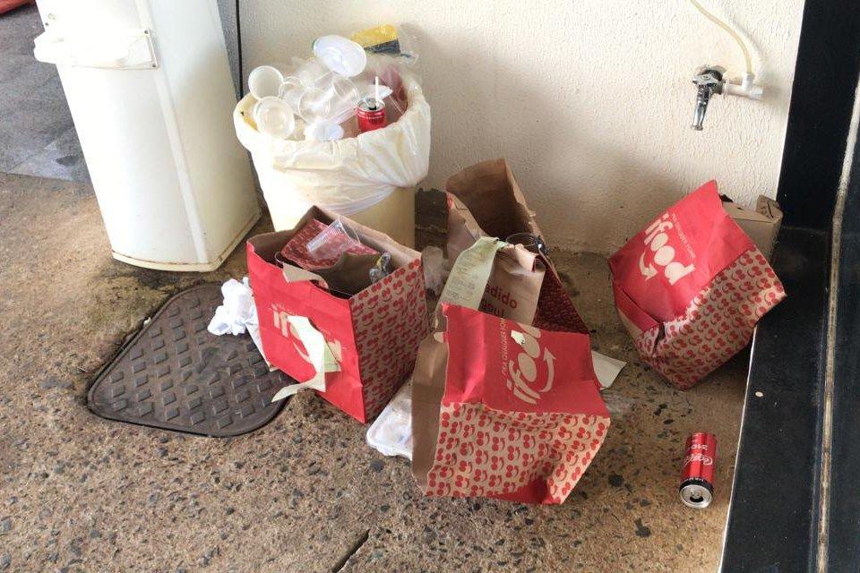 lixo revirado no Alvorada