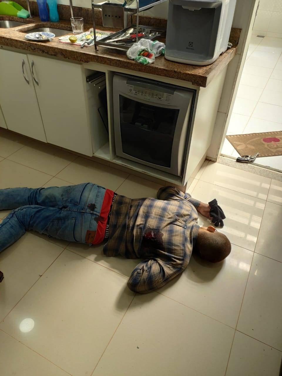 homem morto na cozinha