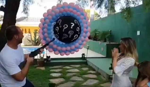 Eduardo Bolsonaro usa escopeta para atirar contra balões e descobrir sexo do bebê
