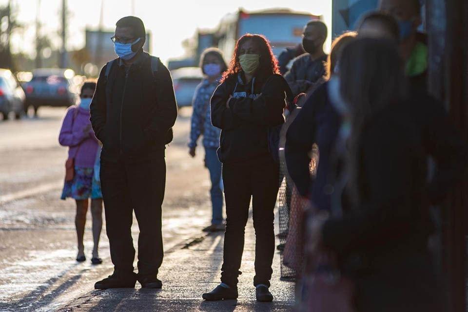 Pessoas usam máscaras nas ruas do DF