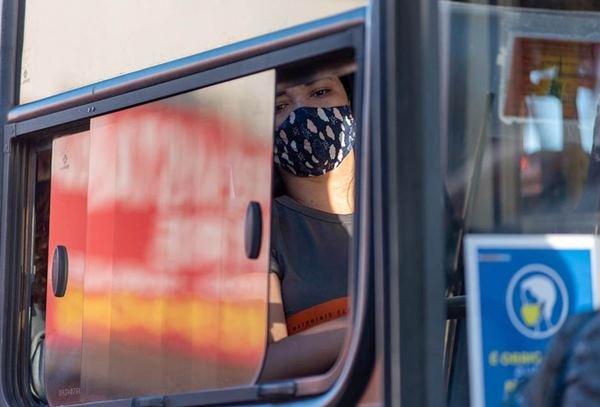 Passageira usa máscara dentro de ônibus do DF