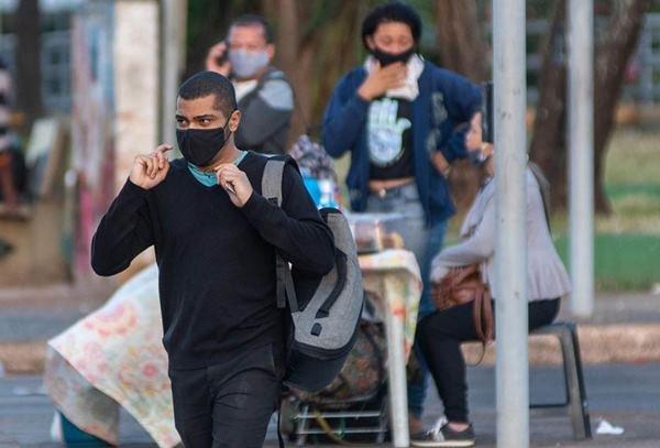 Pessoas com máscaras nas ruas de Tqaguatinga