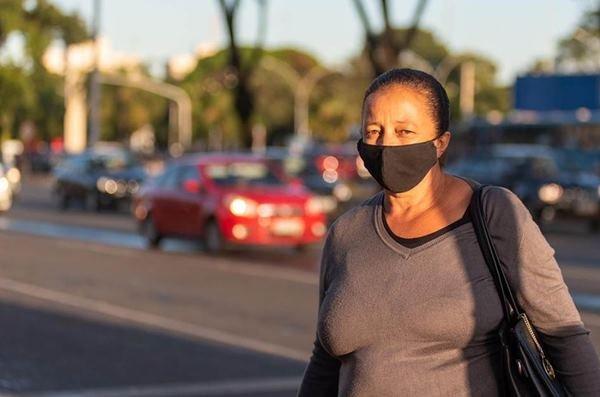 Marina Fernandes usa máscara para sair de casa