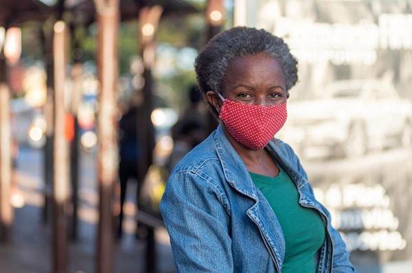 Creuza Gomes usa máscara para sair de casa
