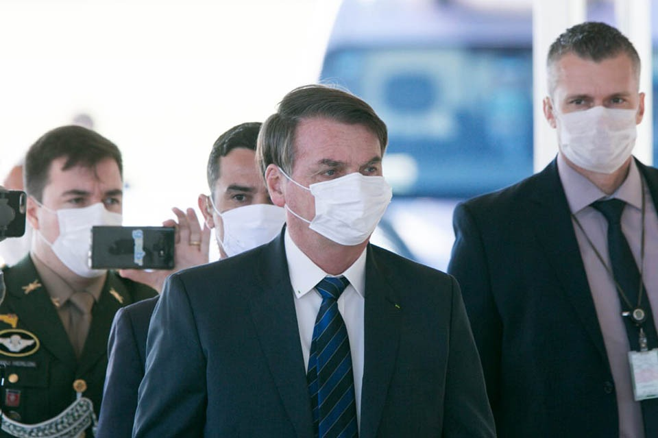 Jair Bolsonaro com seguranças