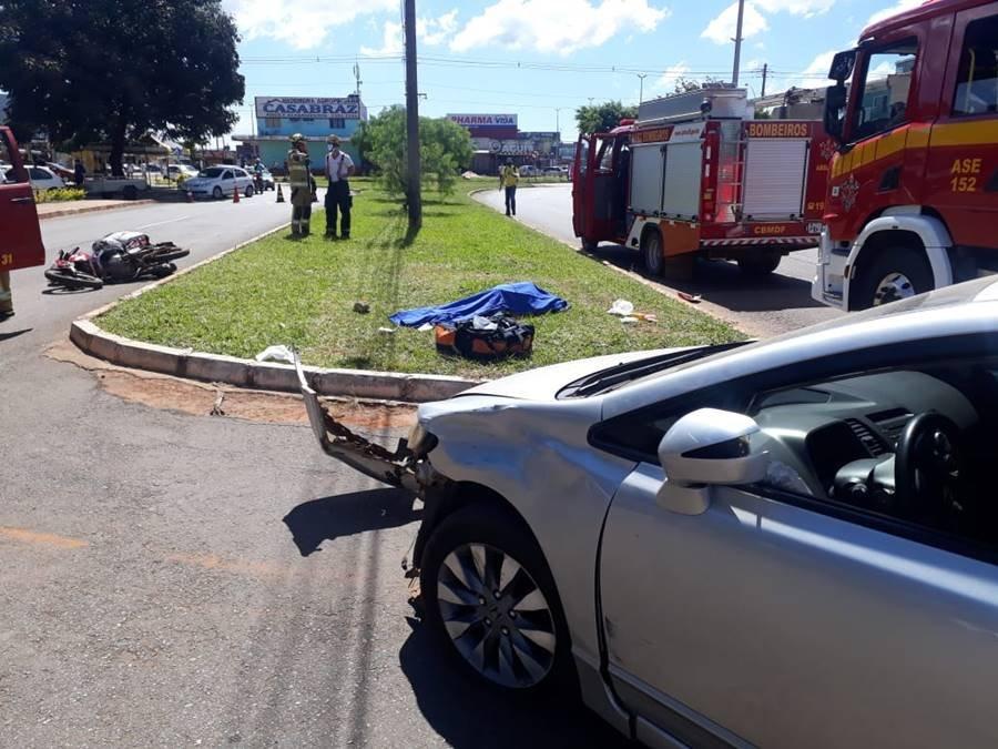 Carro batido, moto caída e corpo coberto por pano