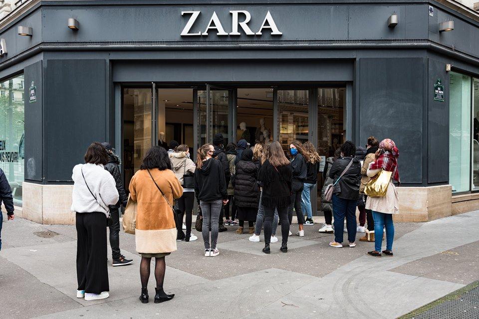loja da Zara com pessoas na frente