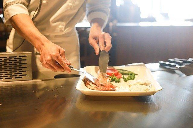 mãos preparam comida