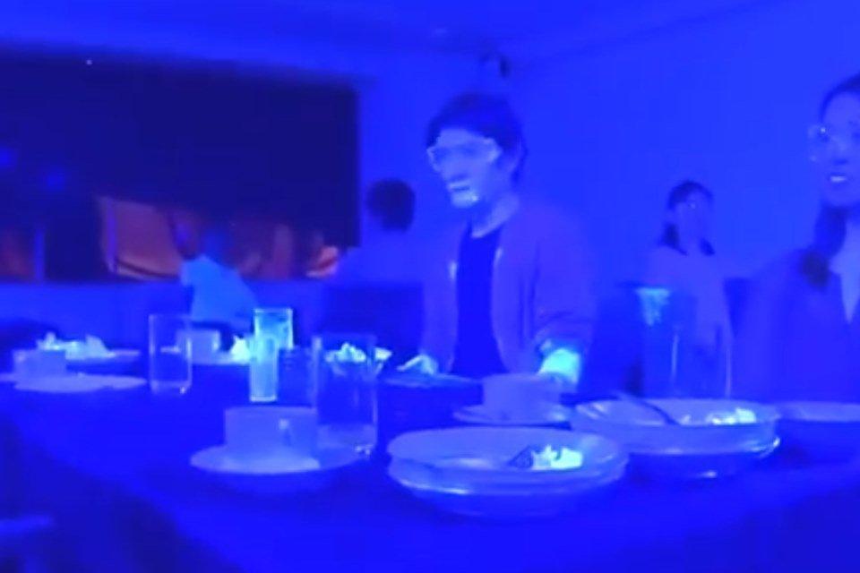 Pessoas sujas de tinta mostram como o coronavírus se espalharia em buffet
