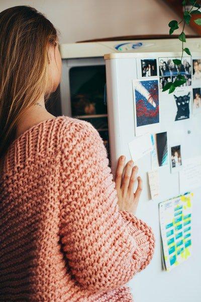 Mulher abre geladeira