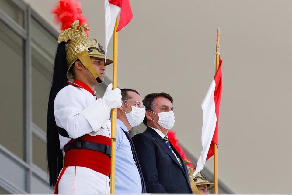 Bolsonaro, de máscara, na rampa do Planalto
