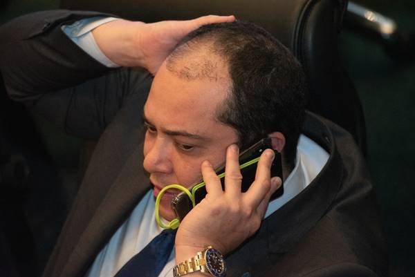 José Gomes ao telefone em sessão da CLDF