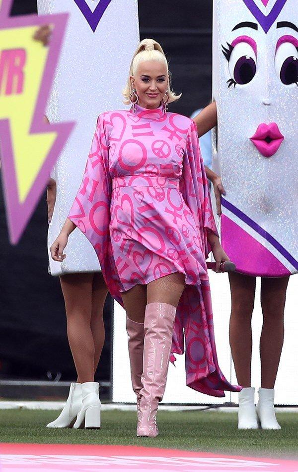 Katy Perry em performance na Austrália com vestido roxo estampado e botas