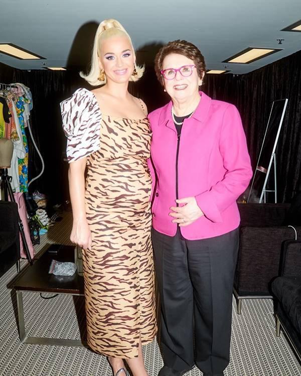Katy Perry na Austrália com vestido estampado