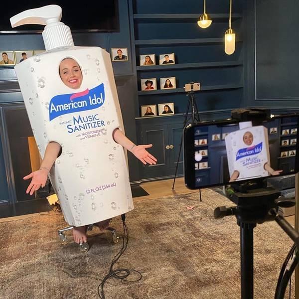 Katy Perry vestida de higienizador de mãos durante gravação do American Idol em casa