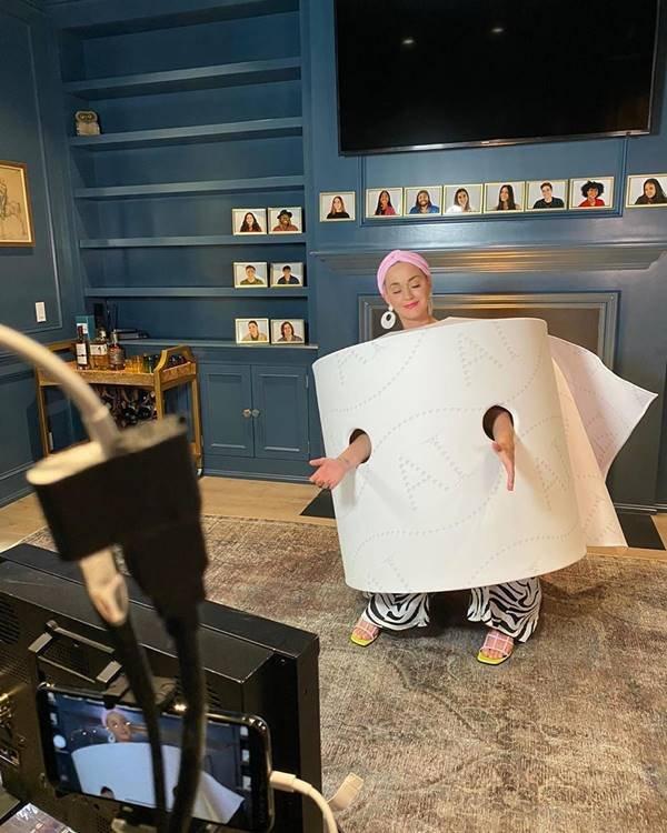 Katy Perry vestida de papel higiênico durante gravação do American Idol em casa