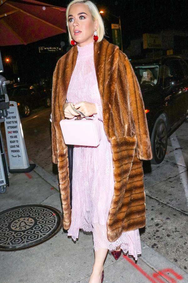 Katy Perry com casaco felpudo escondendo a gravidez comb olsa