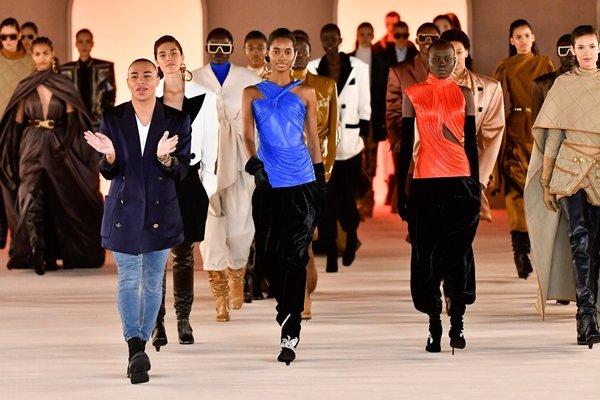 Olivier Rousteing e modelos na passarela em desfile da Balmain