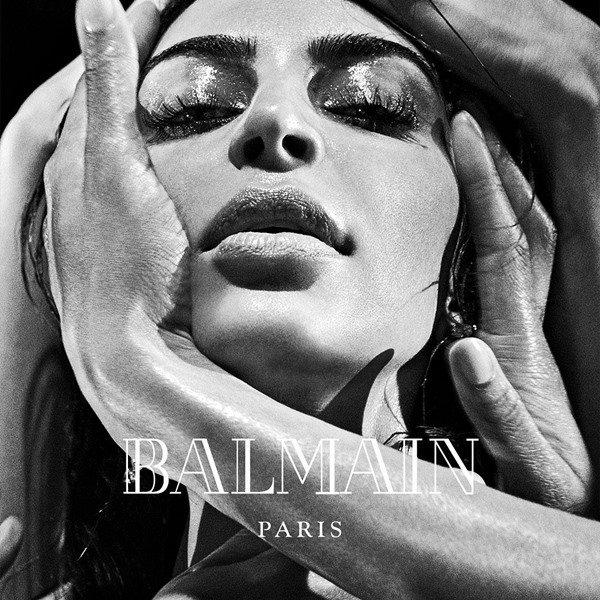 Kim Kardashian para Balmain em preto e branco