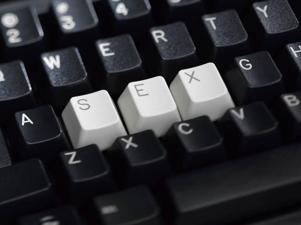 Teclado preto com palavra sex em branco