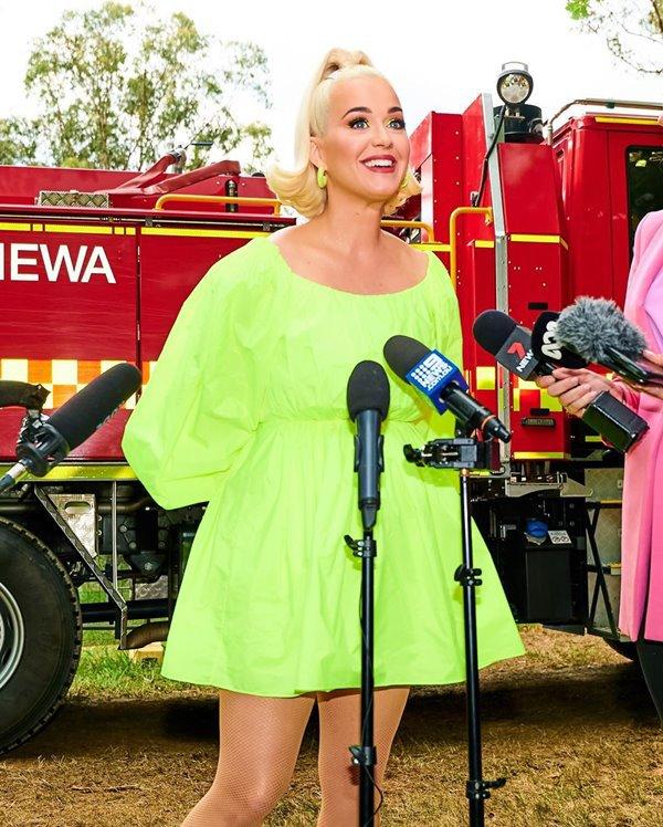 Katy Perry com vestido neon da Valentino