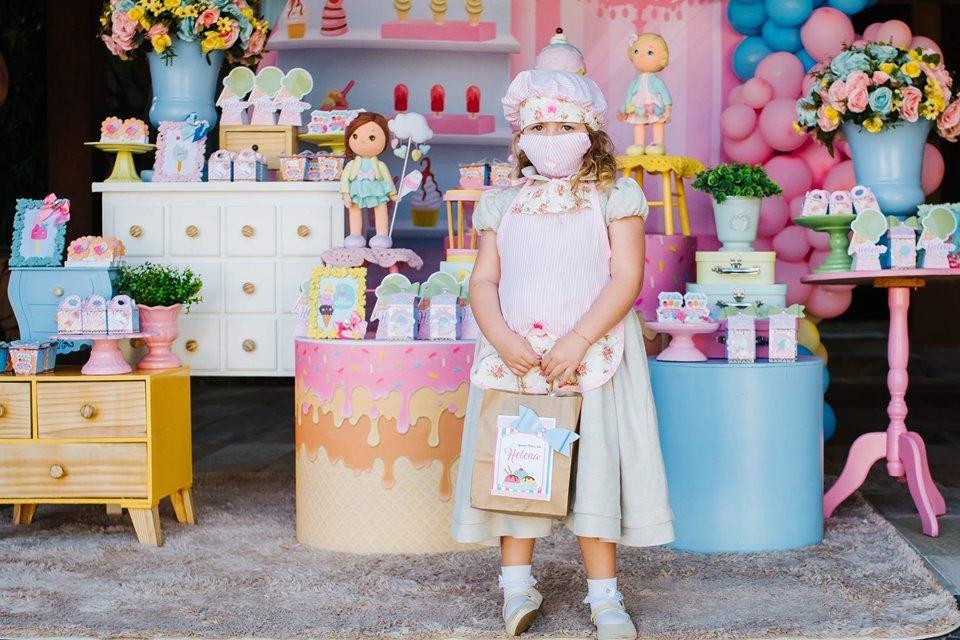 Menina com máscara em festa de aniversário