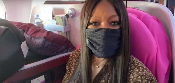 Naomi Campbell de máscara em viagem de avião